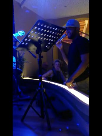 Yuri da Cunha improvising from the table area
